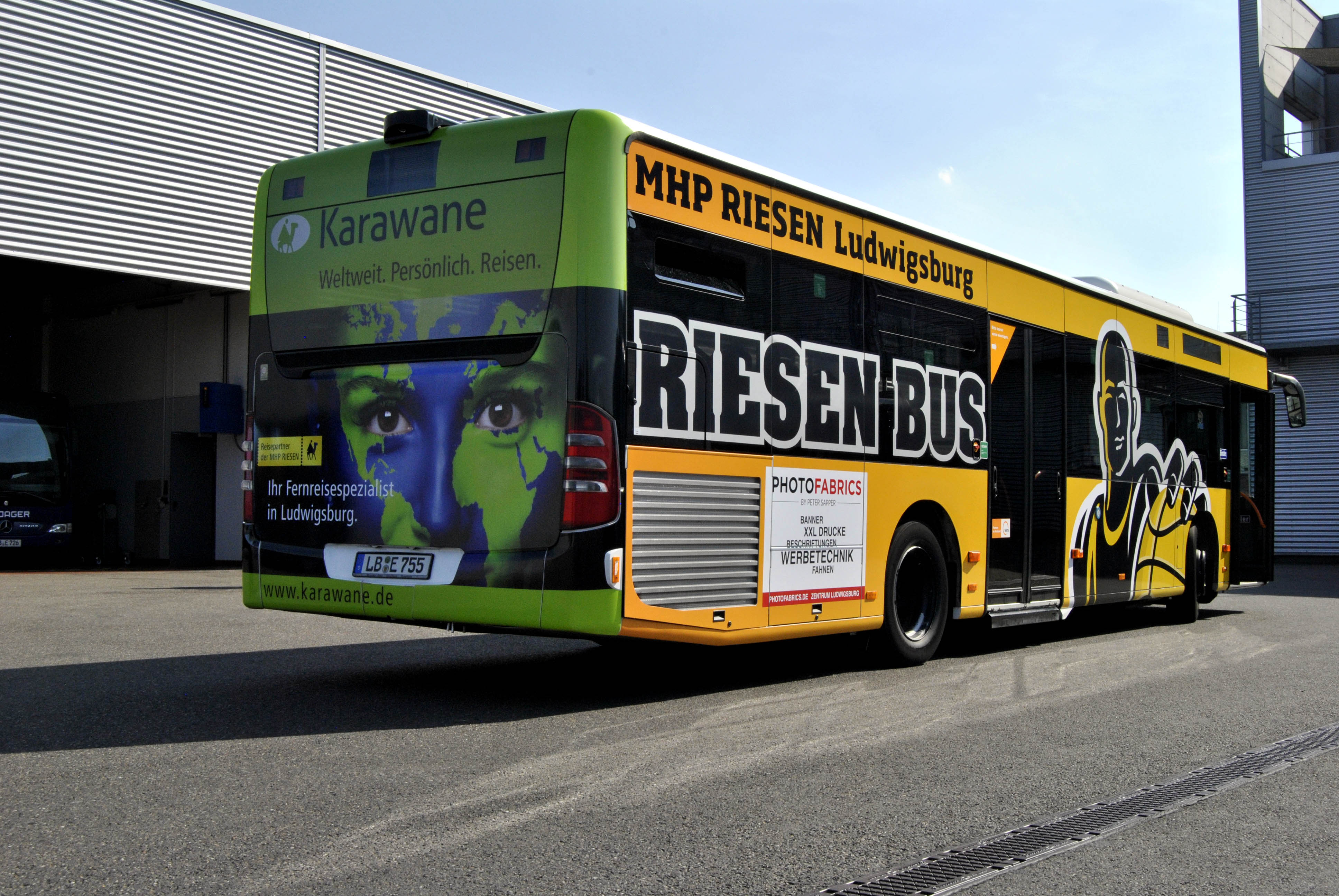 Linienbus mit Karawane Werbung