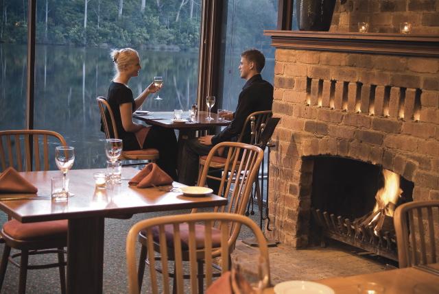 Restaurant mit Seeblick und Kamin