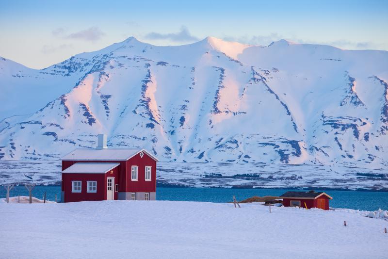 Haus am Fjord bei Akureyi © Nella - Shutterstock