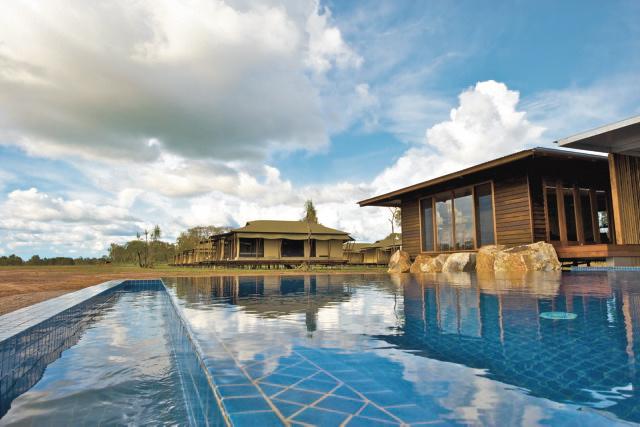 Pool mit Haupthaus (rechts) und Blick auf die Safarizelte