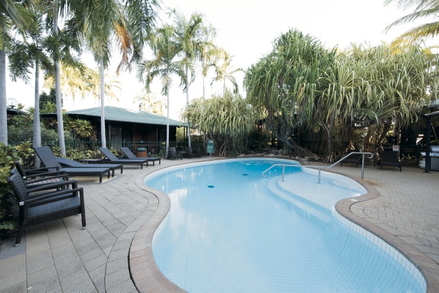 Pool und Liegen im Resort