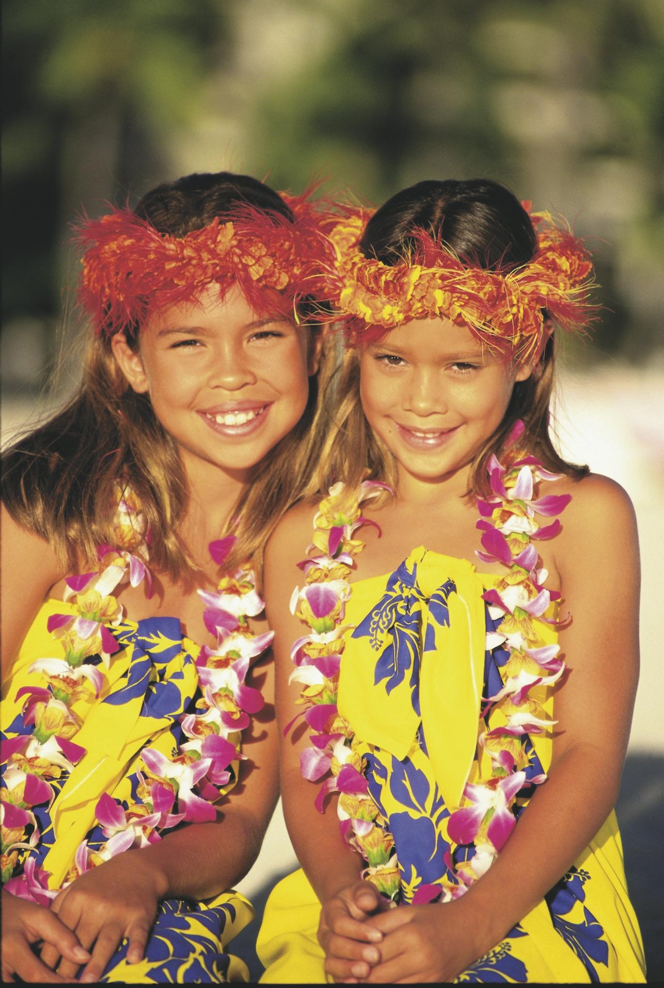 Mädchen mit Blumenkranz und -kette (Hawaii Tourism ©Sri Maiava Rusden