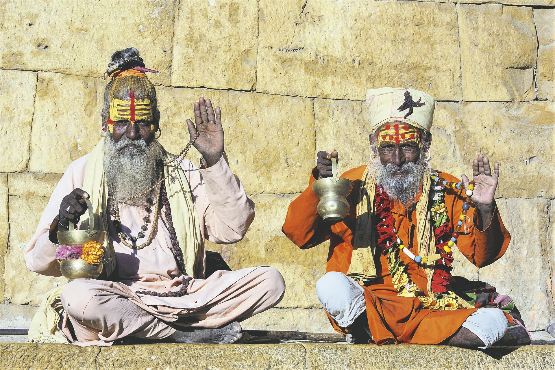 Zwei hinduistische Sadhus auf dem Ghat - © OlegD / Shutterstock
