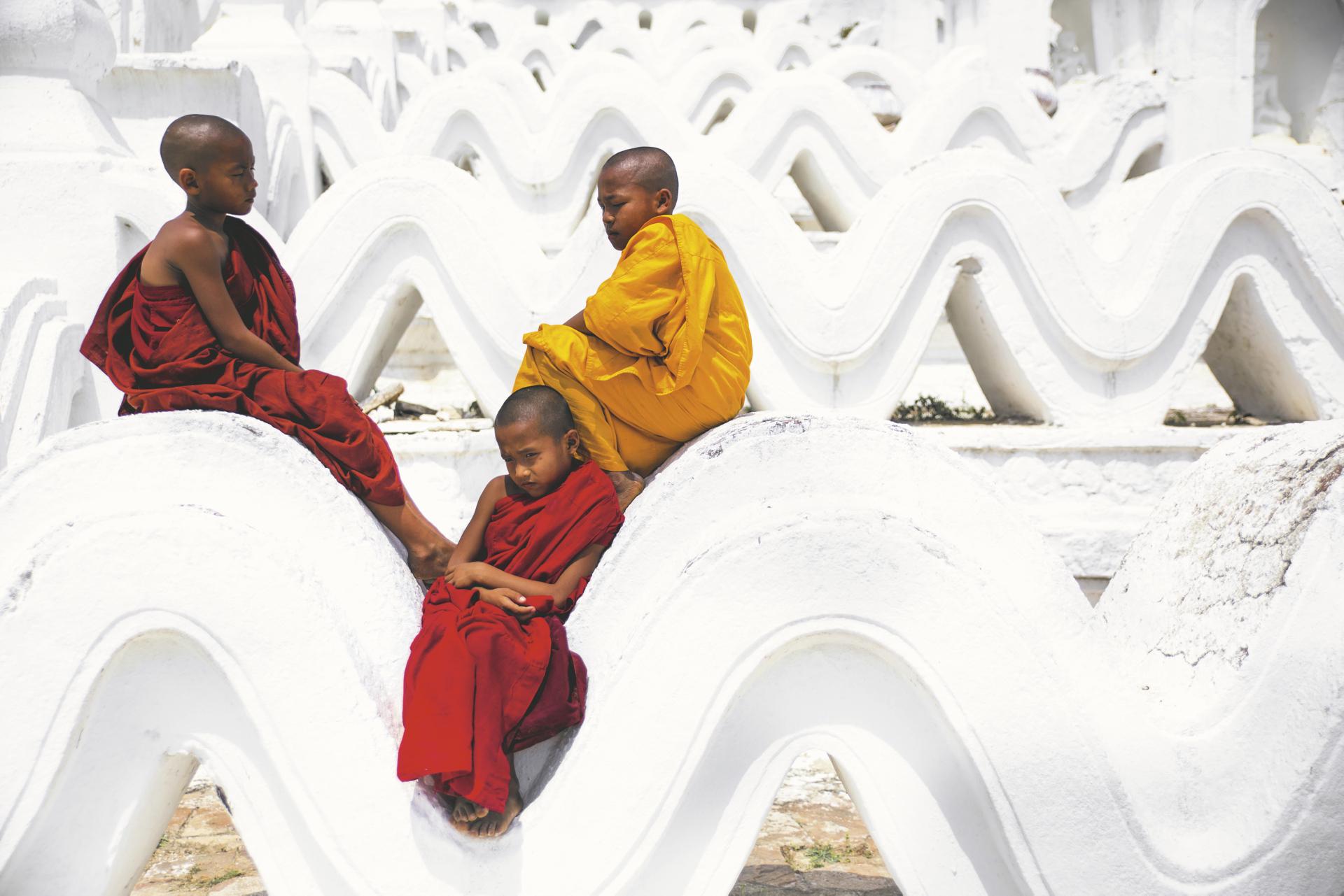 Mönche am Mingun Tempel - © Scott Laird
