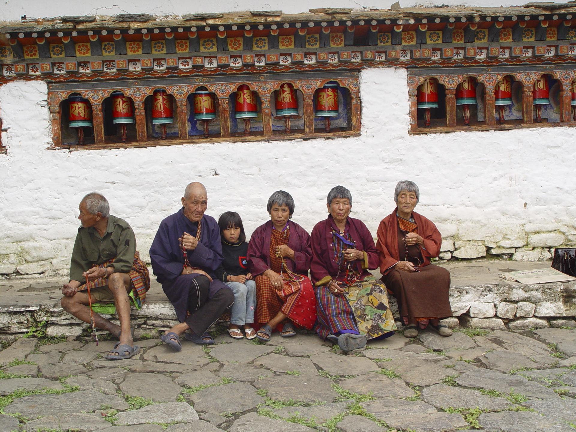 Bhutanesen vor einem Tempel