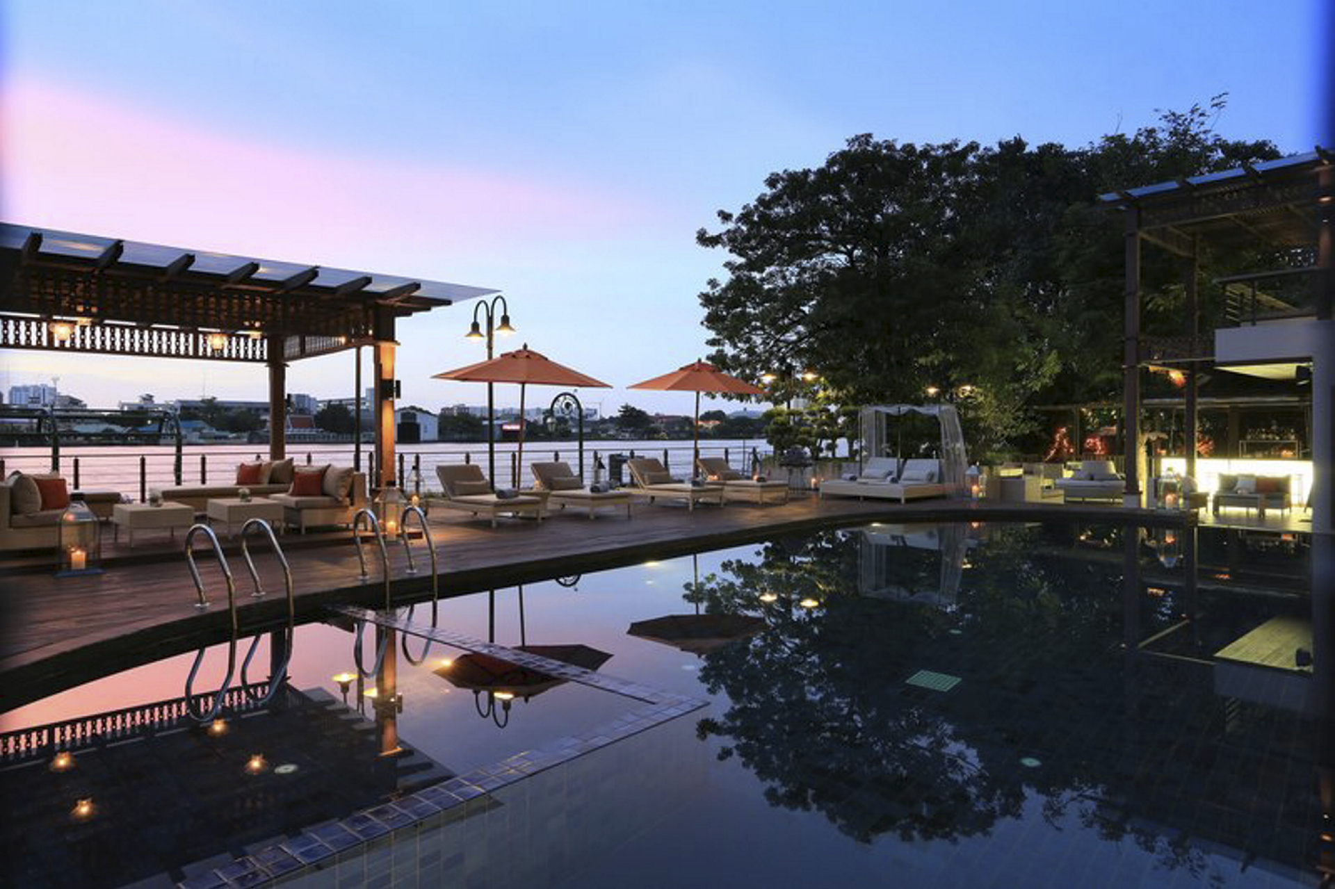 Pool im Sonnenuntergang