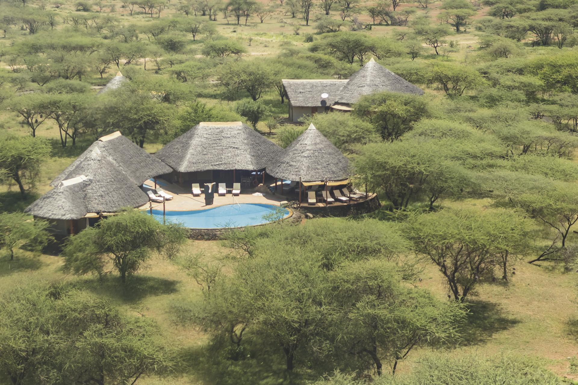 Camp zwischen Akazien in der weiten Savanne