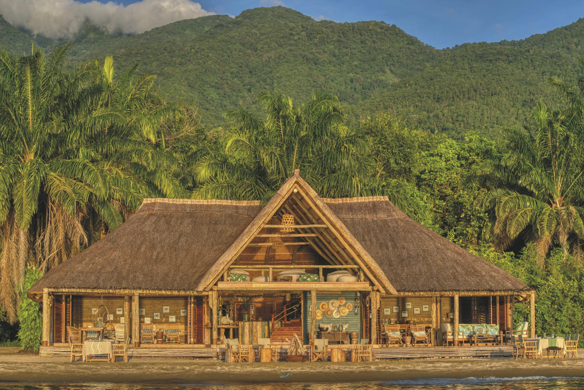 Blick vom Tanganyikasee auf das Haupthaus